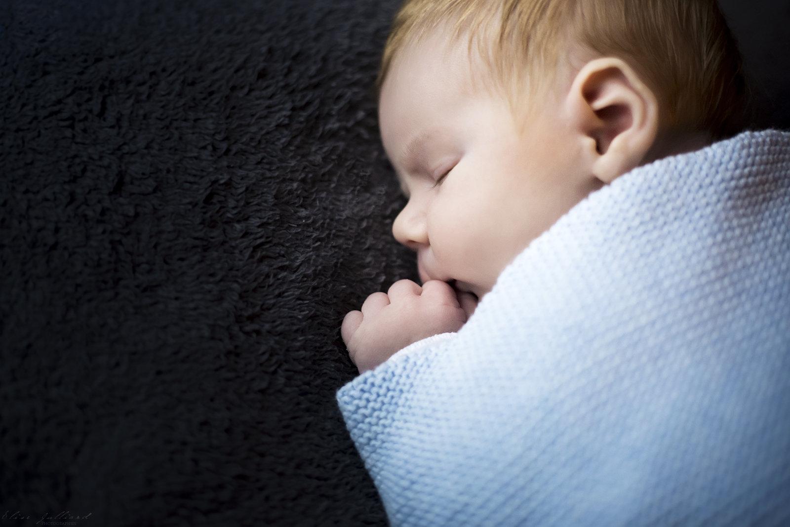 elise-julliard-photographe-lyon-rhone-alpes-seance-photo-nouveau-ne-bebe-nourisson-enfant-petit-garcon-croix-rousse-4