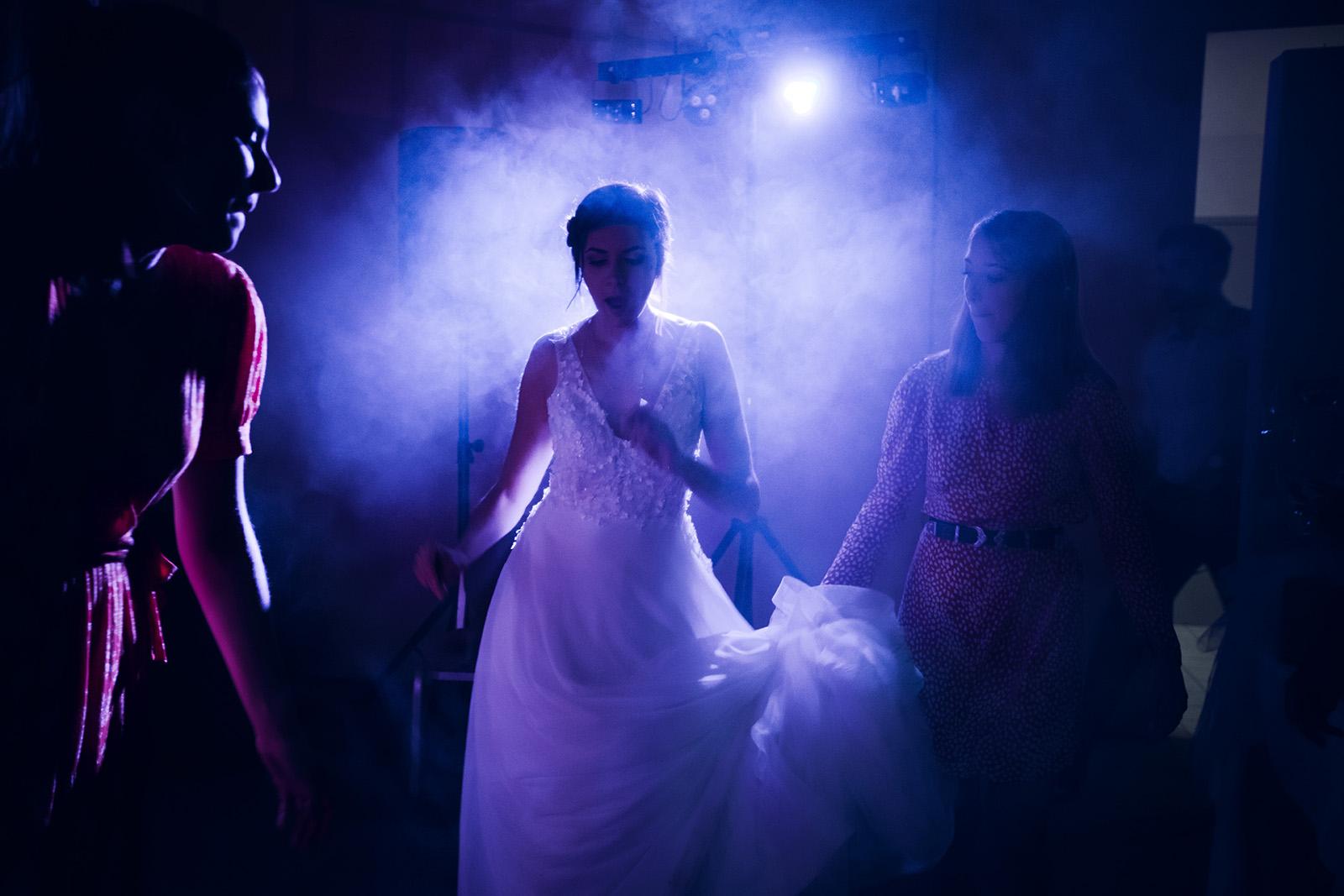 mariage-photographe-photo-reportage-wedding-photographer-domaine-du-gouverneur-auvergne-rhone-alpes-lyon-elise-julliard-photo-de-couple-soirée
