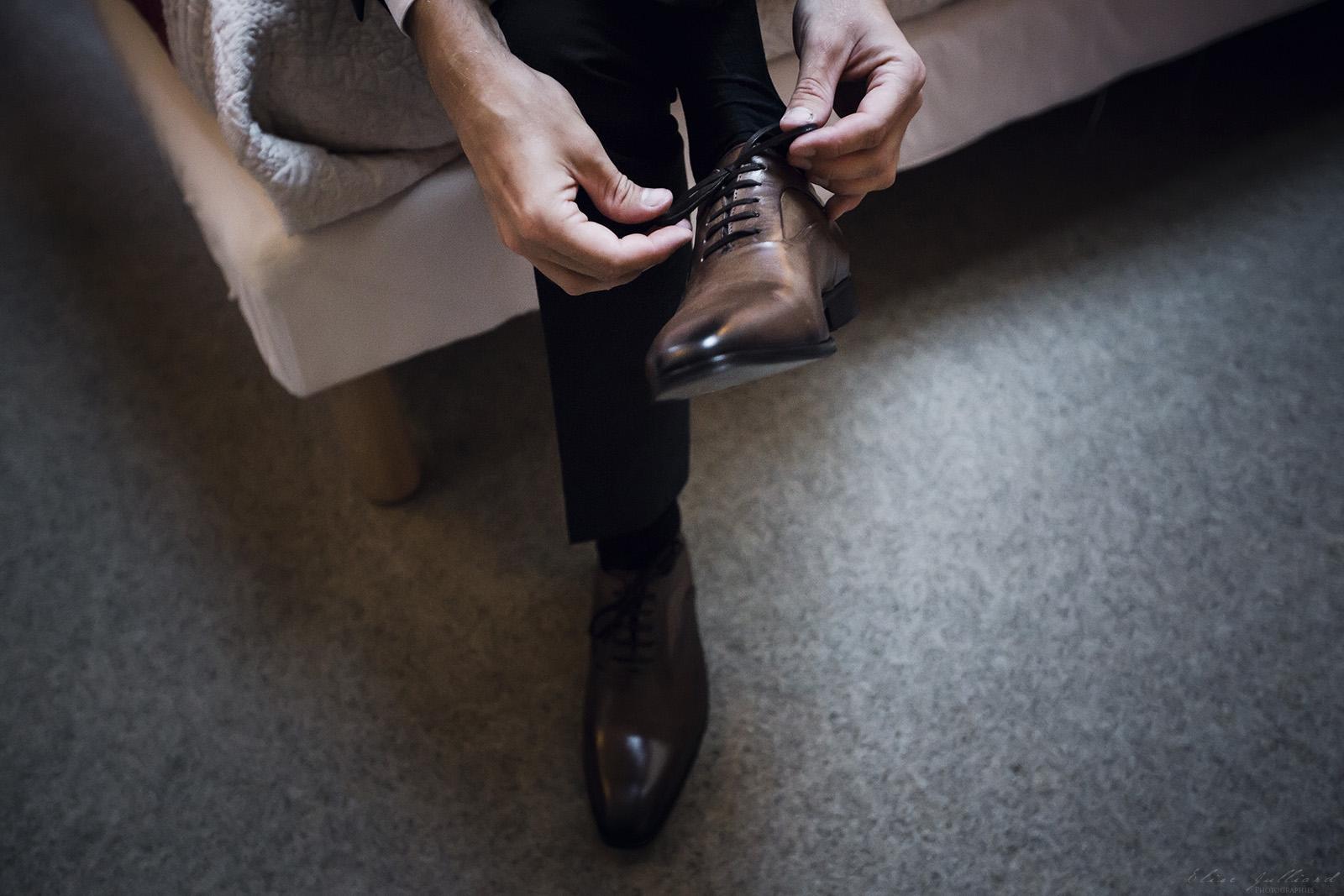 mariage-preparatifs-chaussures-couple-amour-amoureux-wedding-photographe-elise-julliard-lyon-auvergne-rhone-alpes-savoie-saint-francois-longchamp-maurienne