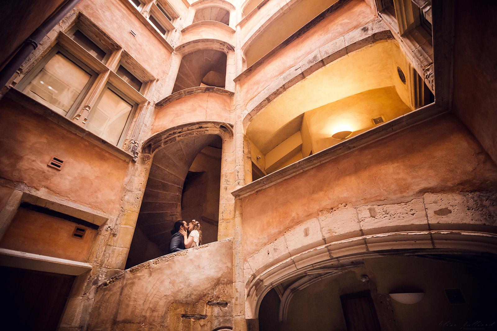 mariage-wedding-photographe-photographer-reportage-seance-photo-couple-amoureux-domaine-du-petit-chambard-auvergne-rhone-alpes-ain-lyon-bourg-en-bresse-vintage-vieux-lyon-traboule