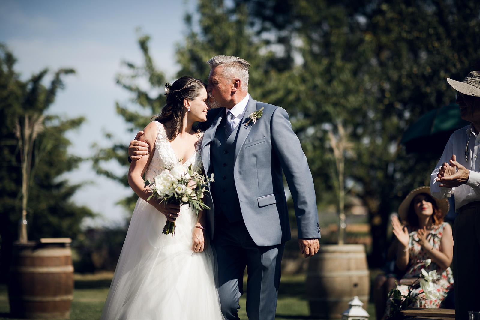 photographe-mariage-reportage-wedding-photographer-robe-de-mariee-domaine-de-benevent-beaujolais-elise-julliard-lyon-auvergne-rhone-alpes-ceremonie-laique-4