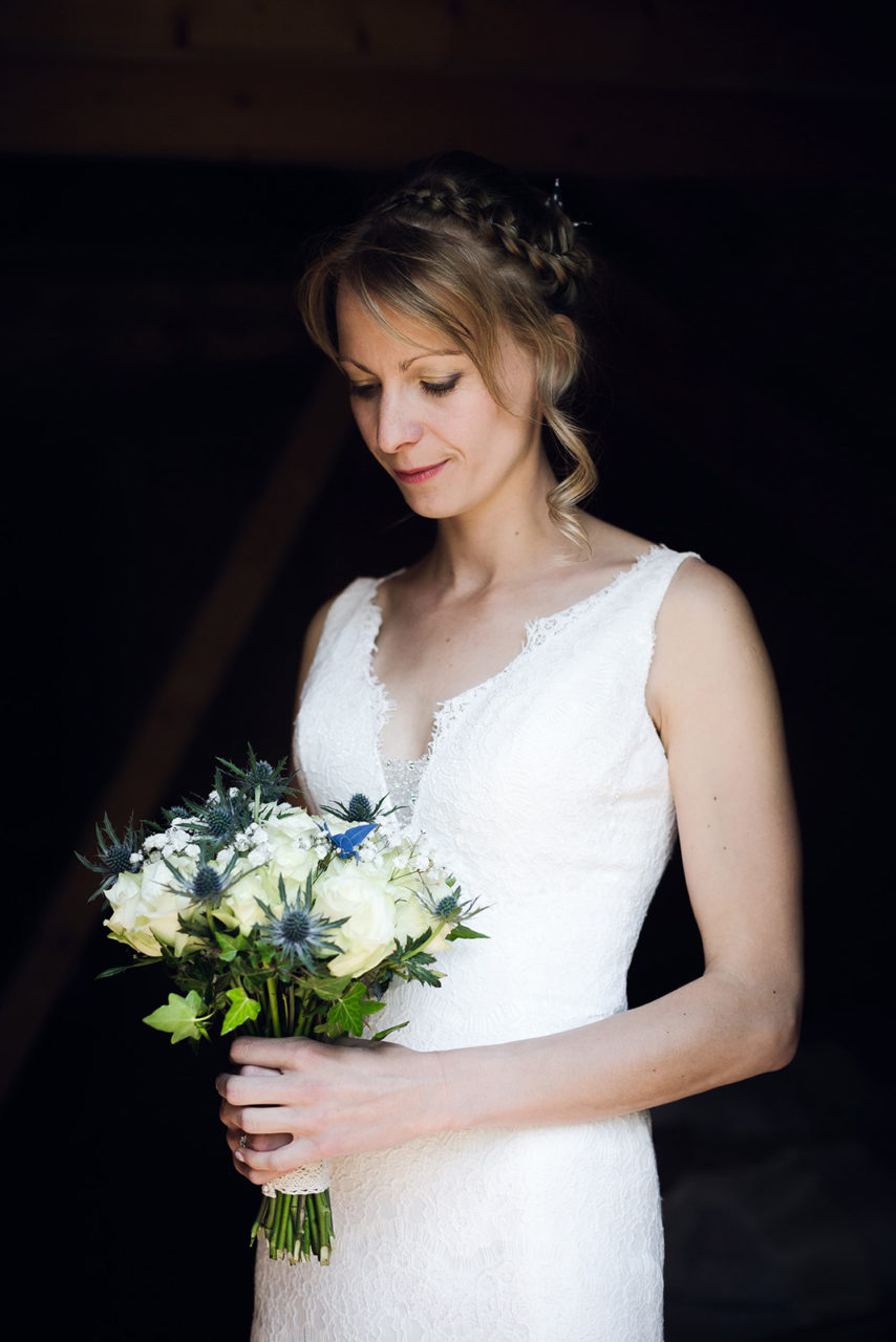 photographe-mariage-wedding-photographer-reportage-photo-couple-la-medicee-haute-savoie-annecy-auvergne-rhone-alpes-elise-julliard-preparatifs-mariee-robe-bouquet