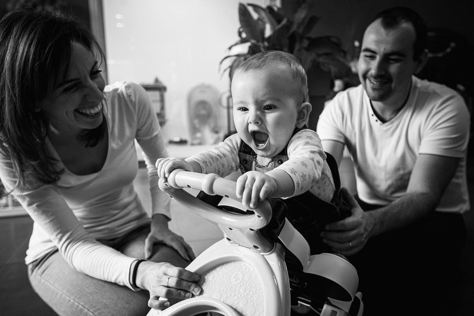 seance-photo-famille-enfant-elise-julliard-photographe-lyon-villefranche-sur-saone-auvergne-rhone-alpes-lifestyle-couple-bebe-jeux-4