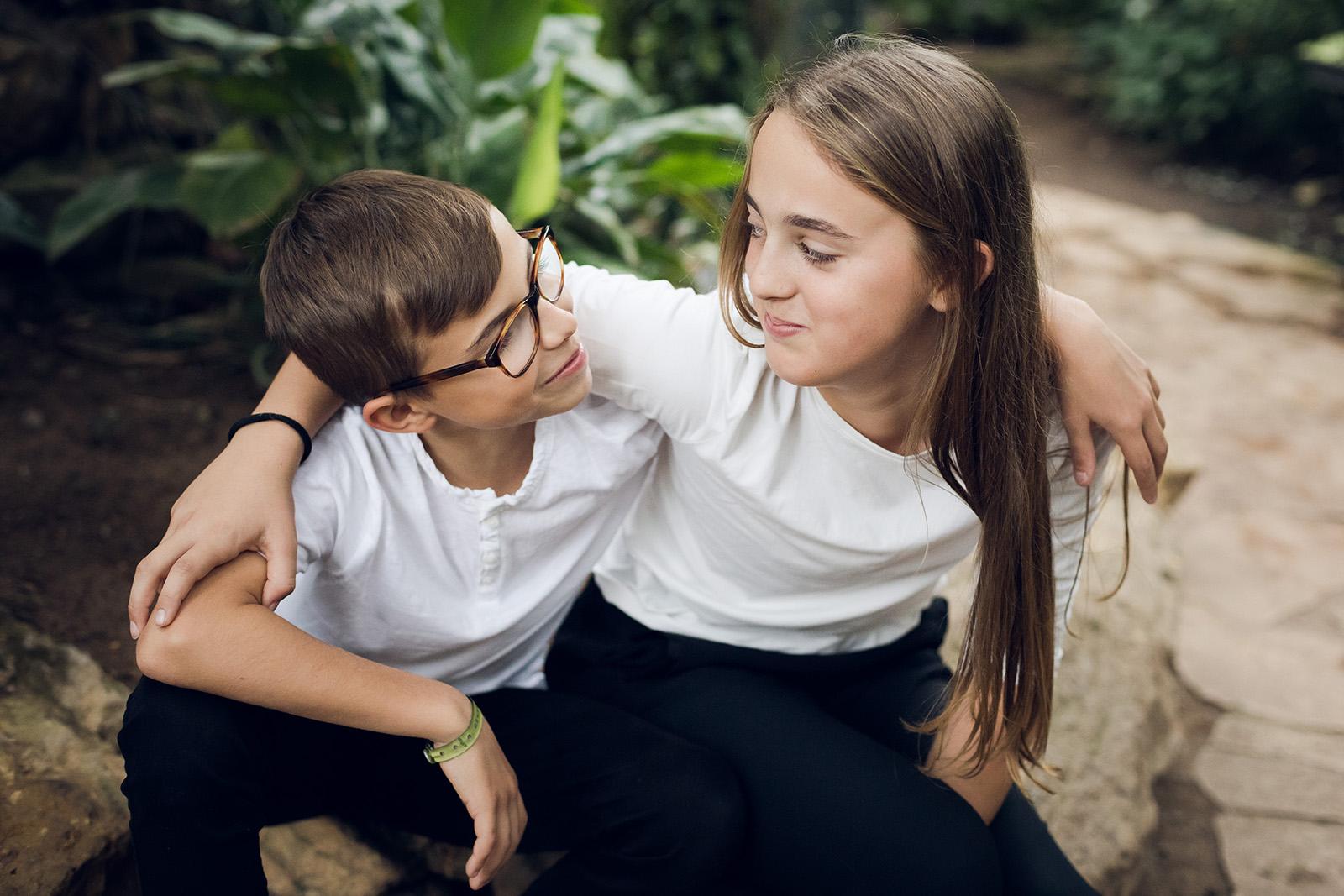 seance-photo-famille-portrait-enfant-parent-lyon-auvergne-rhone-alpes-elise-julliard-photographe-mariage-parc-serre-botanique-nature-bebe-2