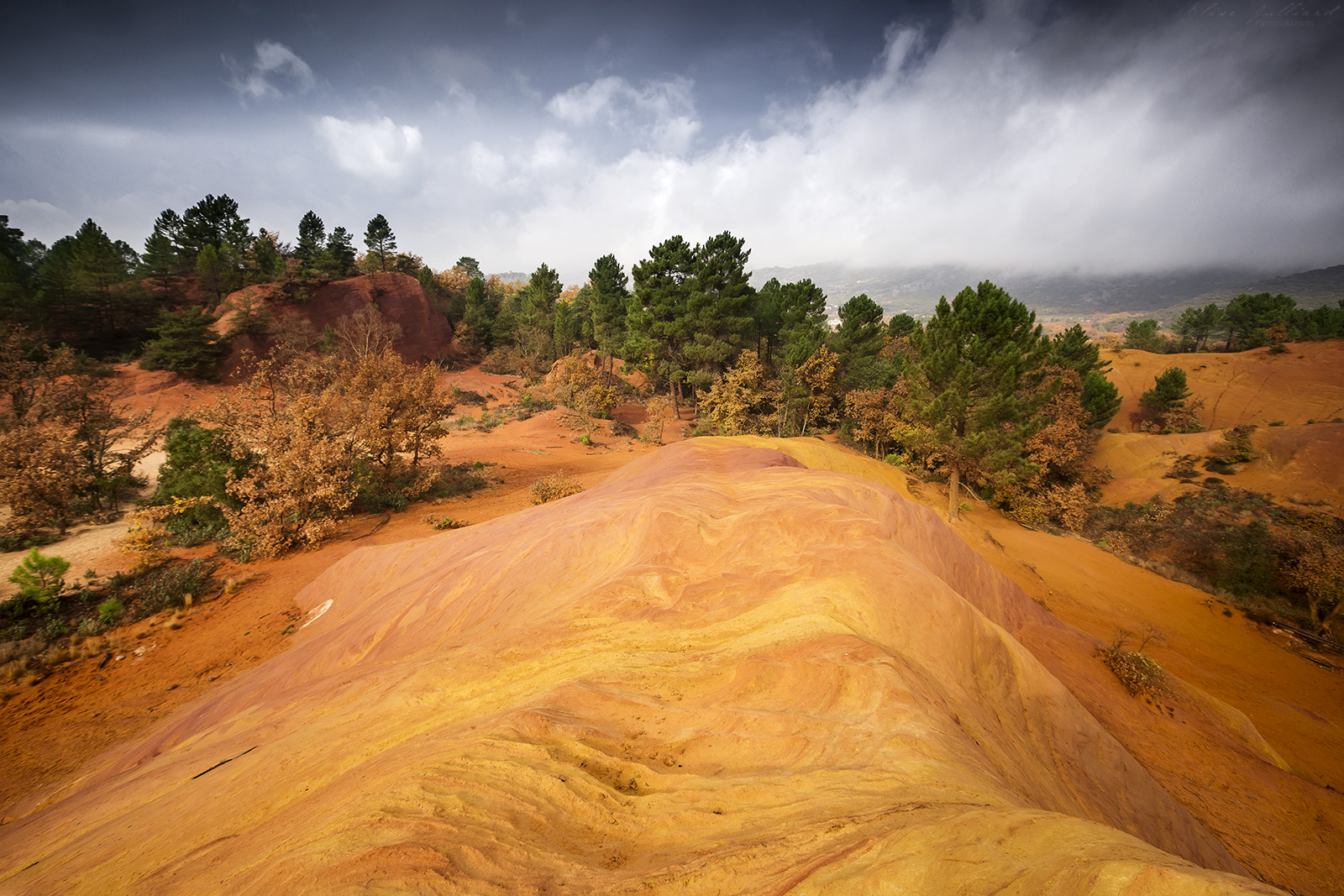 colorado-provencal-rustrel-vaucluse-parc-naturel-regional-luberon-provence-alpes-cote-dazur-carriere-ocre-france-paysage-desert-photographe-elise-julliard-apt-paca-2
