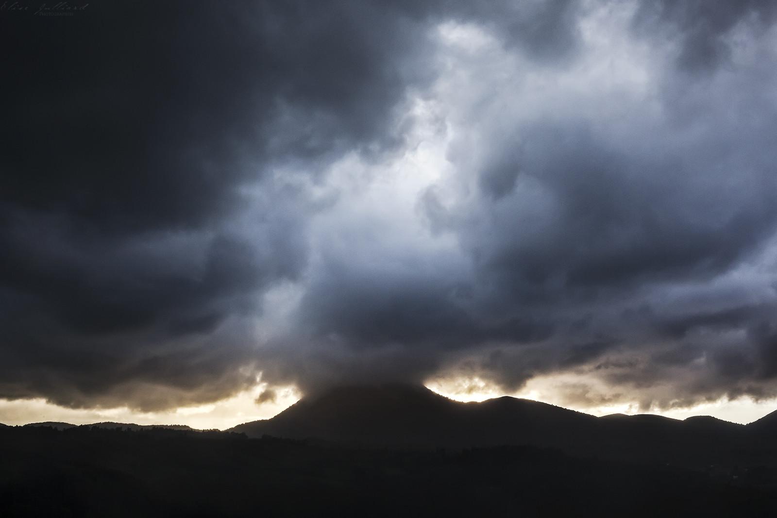 elise-julliard-photographe-lyon-auvergne-rhone-alpes-puy-de-dome-paysage-orage-volcan-montagne-coucher-de-soleil-clermont-ferrand