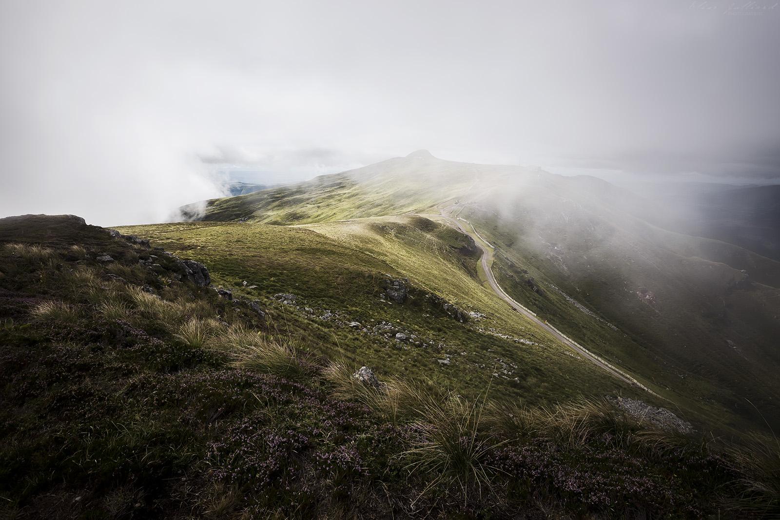plomb-du-cantal-auvergne-rhone-alpes-massif-central-volcan-stratovolcan-saint-jacques-des-blats-super-lioran-albepierre-bredons-elise-julliard-photographe-paysage-montagne-brume