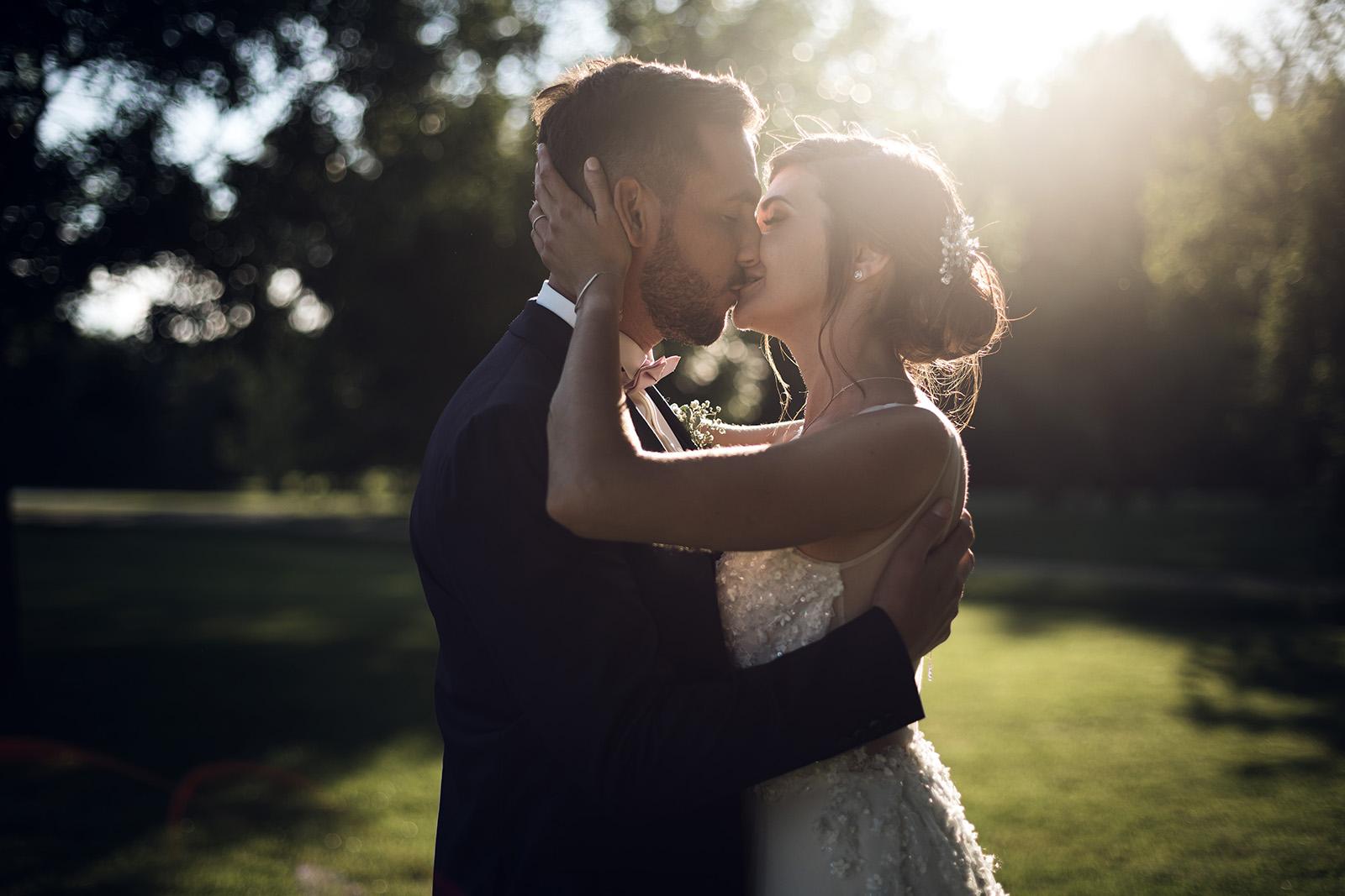 photographe-mariage-lyon-reportage-wedding-photographer-domaine-du-gouverneur-auvergne-rhone-alpes-elise-julliard-photo-de-couple-love-session-robe-de-mariee